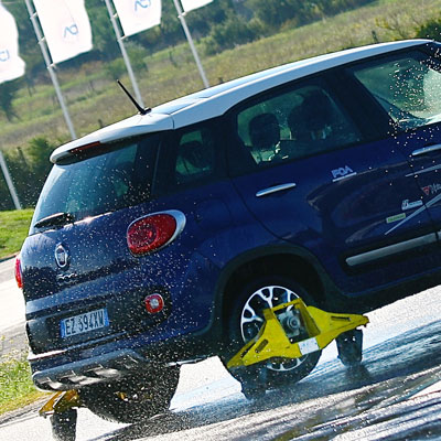 Fiat-500-blu-skid_400px